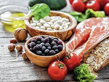 Experts say that fruits and vegetables, foods rich in monounsaturated fats such as olive oil and avocados, lean meats rich in iron and foods rich in complex carbs, such as whole grains and legumes, are healthy choices for women preparing to become pregnant.
